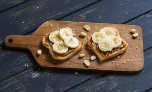 Desayunos saludables: Tostadas con crema de cacahuete y plátano